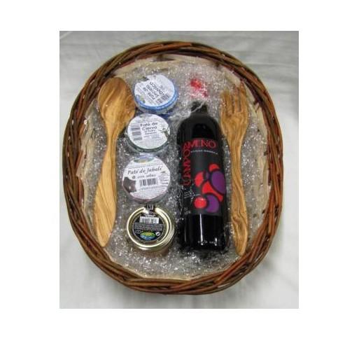 Panera mimbre con vino, patés y cubiertos artesanales